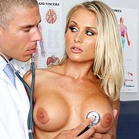 Medico perverso scopa la figa bagnata della paziente